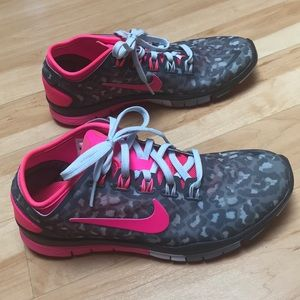 Nike sneakers camo gray & pink, never worn